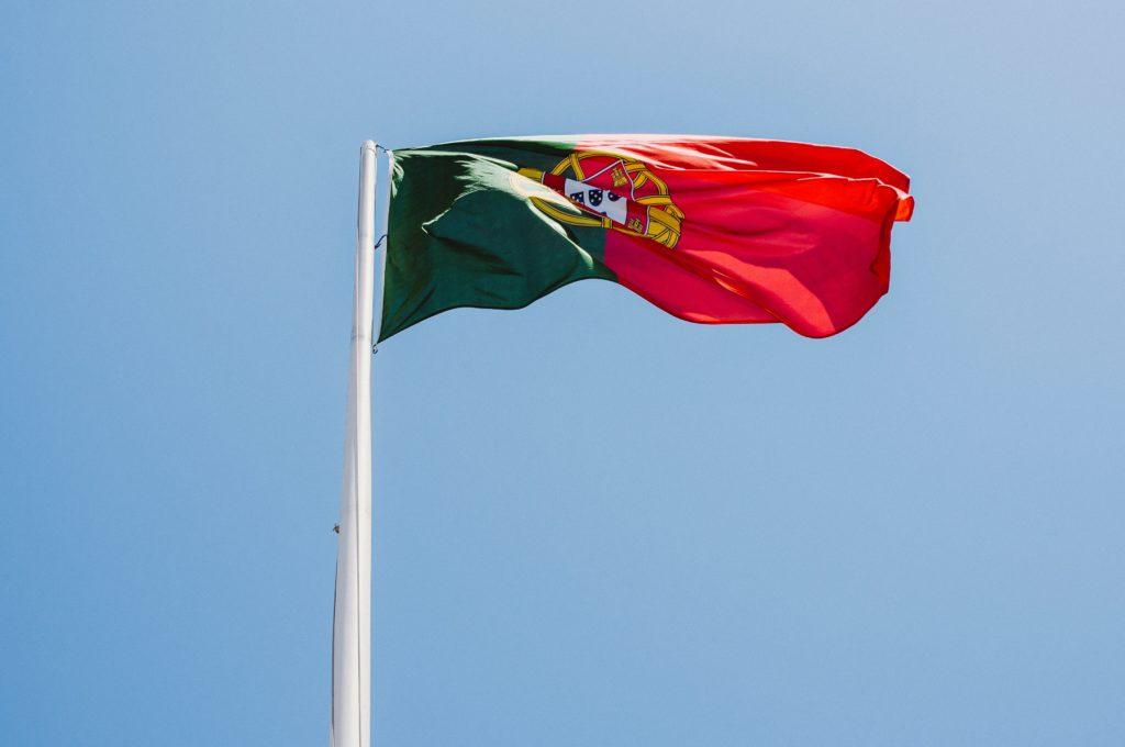 Wehende Portugiesische Flagge auf Mast