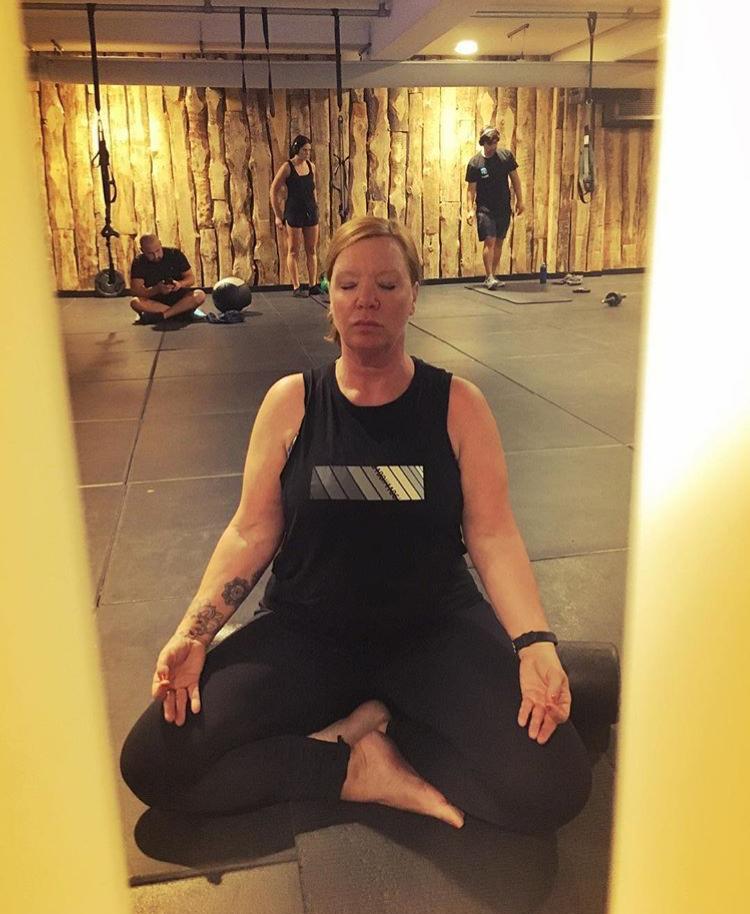 Yogalehrerin Anna Caico bei der Meditation