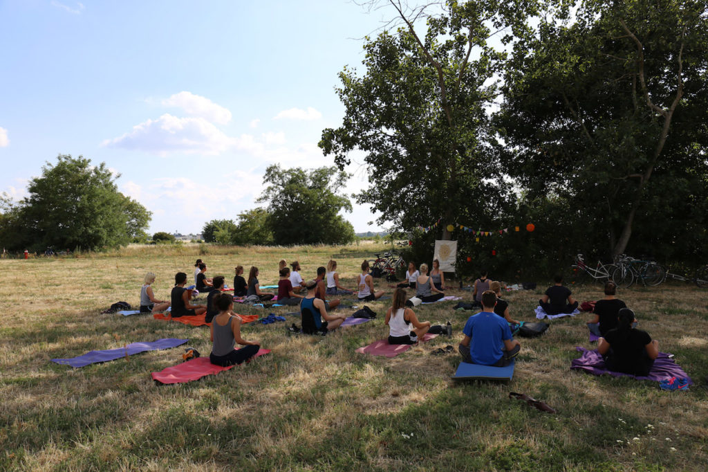 Yogastunde mit Yoga on the Move im Park in Berlin