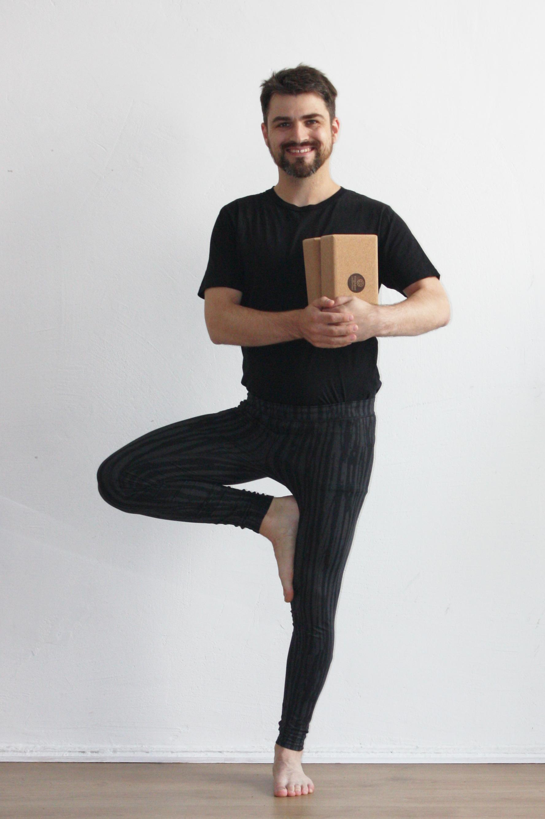 Stefan Nietert mit Cork Yogablöcken in der Hand