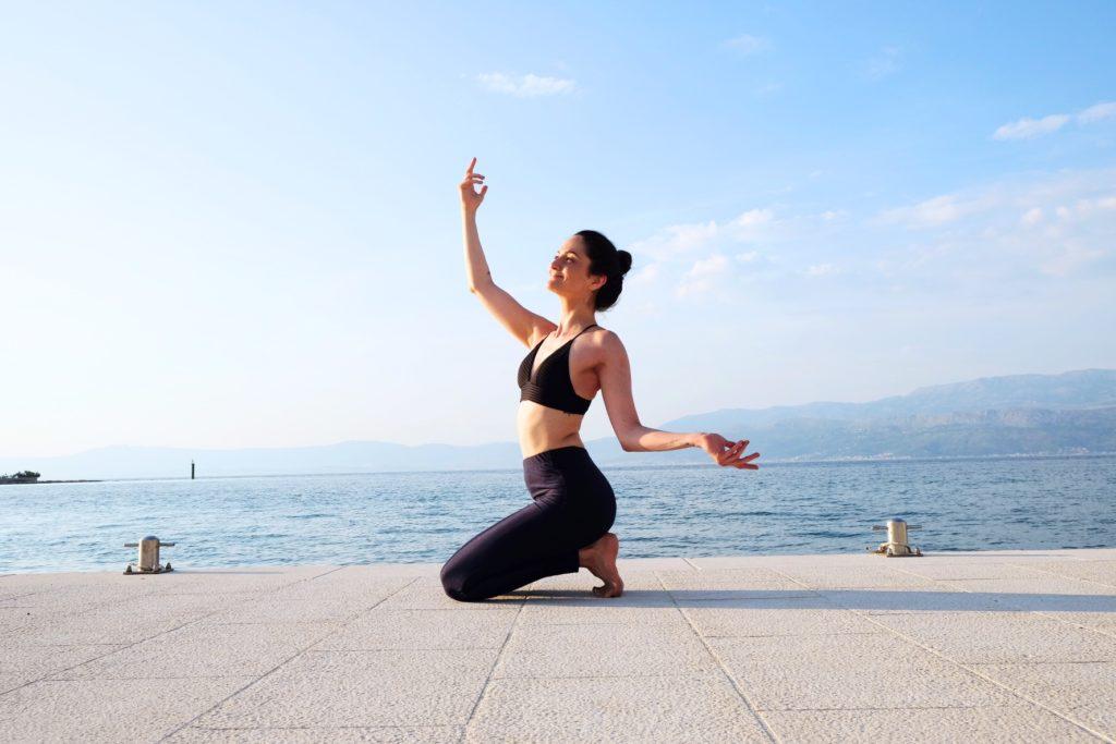 Yoga Lehrerin Jana Seidel macht Yoga am Hafen