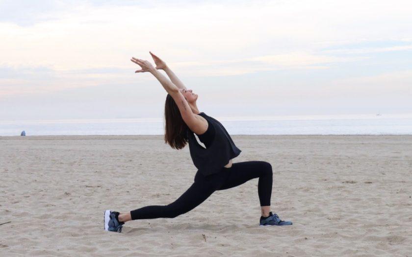 Yoga Lehrerin Jana Seidel macht Yoga am Strand
