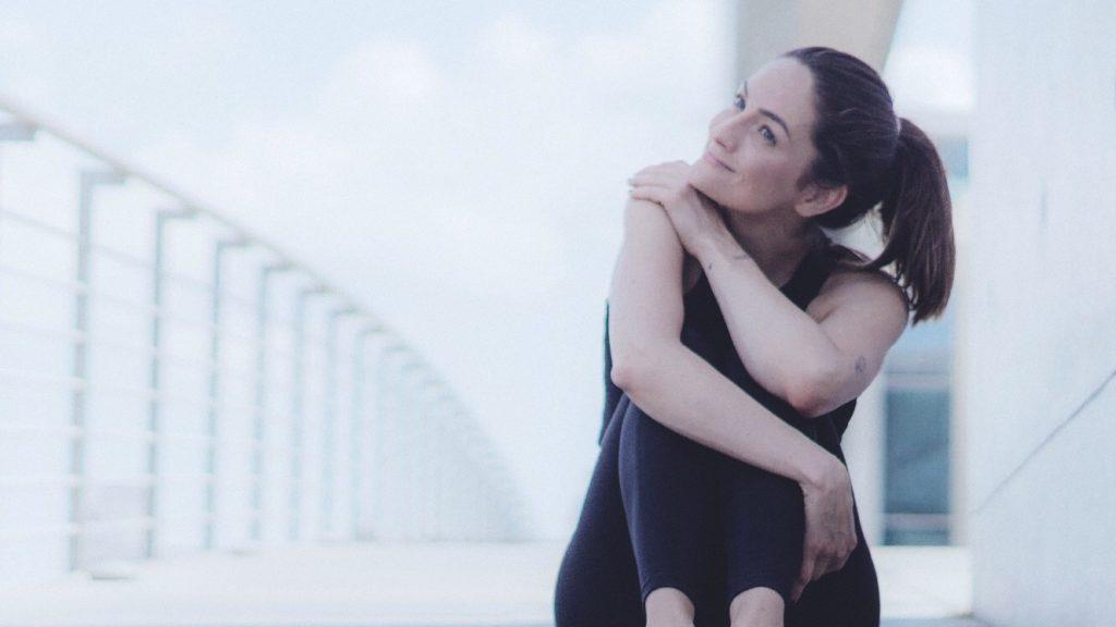 Yoga Lehrerin Jana Seidel sitzt auf einer Brück